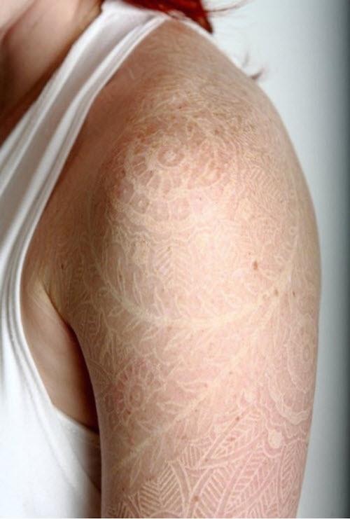 Белые тату на запястье для девушек фото - 9