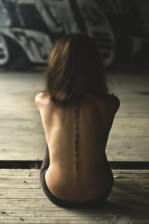 Фото девушка со спины с тату - 1