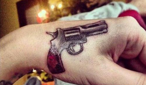 Фото тату пистолета на кисти - 2