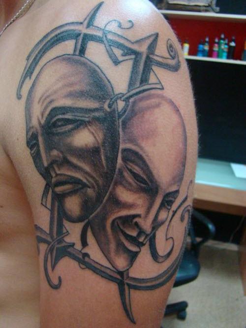 Фото тату с надписями на плече