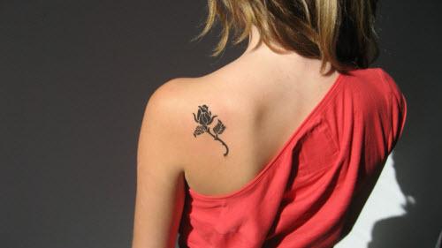 Маленькие женские тату на лопатке фото - 7