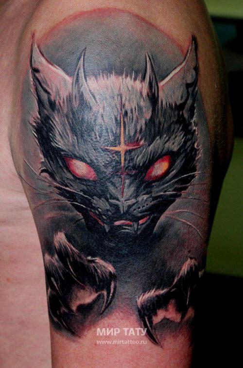 Татуировка кот на плечах