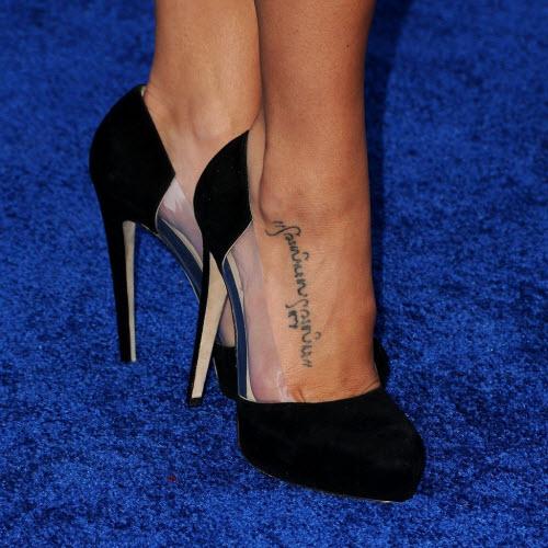 Тату фото женские надписи на ноге - 5