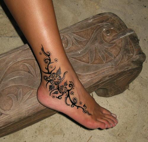 Тату хной цветы на ногах фото - 3