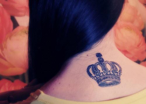 Тату корона на шее фото значение - 4