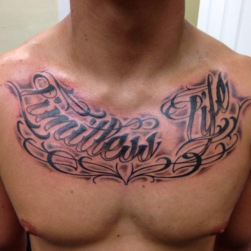 Тату на грудине надпись мужские фото - 9