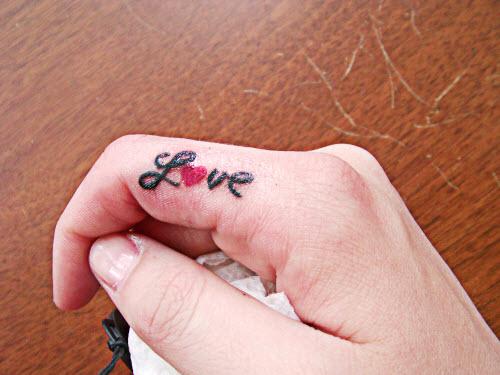 Тату на пальцах рук надписи фото - 9