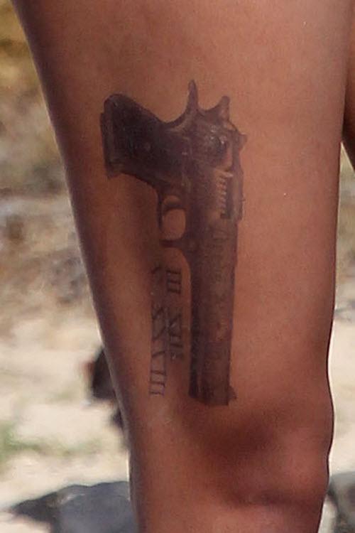 Тату на пистолет на ноге фото - 6