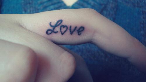 Тату надпись на пальце love фото