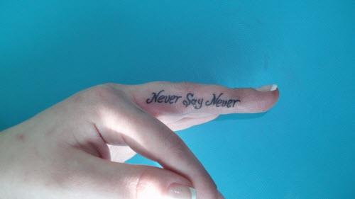 Тату надпись на пальце love фото - 1