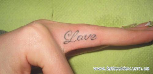 Тату надпись на пальце love фото - 2