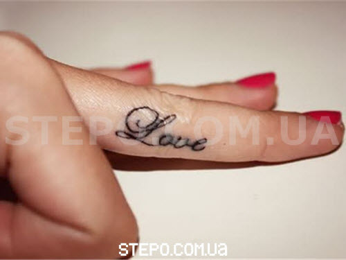 Тату надпись на пальце love фото - 6