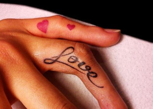 Тату надпись на пальце love фото - 7