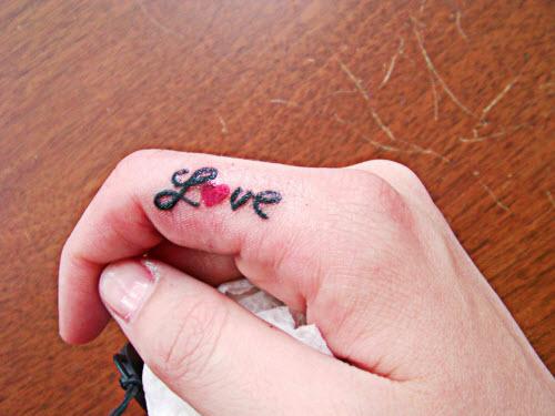 Тату надпись на пальце love фото - 8