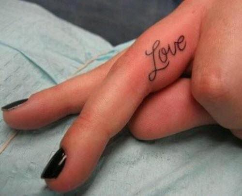 Тату надпись на пальце love фото - 9