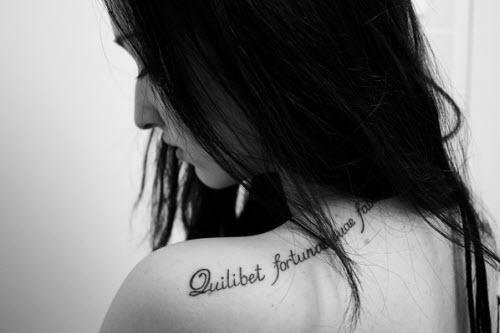 Тату надпись на плече женские фото - 3