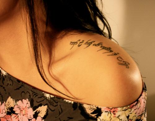 Тату надпись на плече женские фото - 7