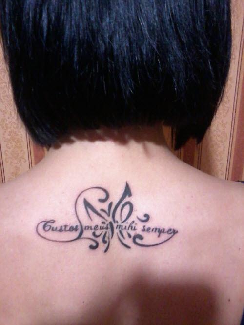 Тату надпись на спине женская фото - 2