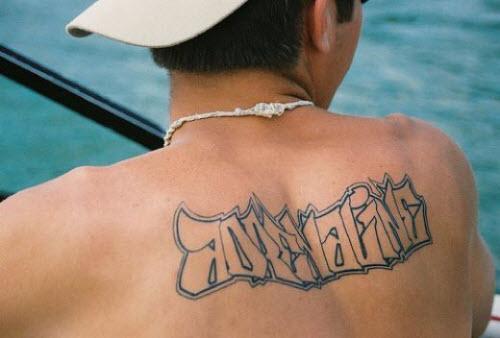 Тату надпись на спине мужские фото - 1