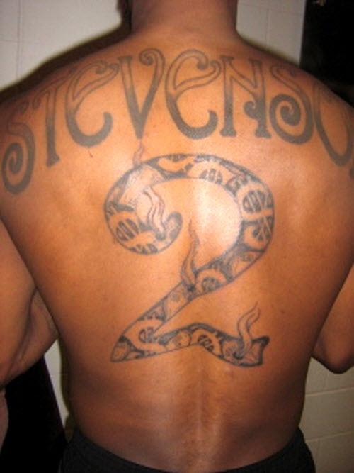 Тату надпись на спине мужские фото - 5