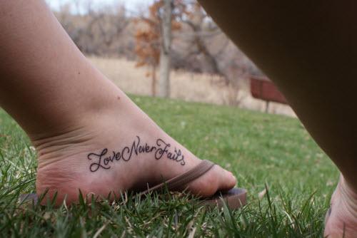 Тату надписи на ноге женские фото - 1