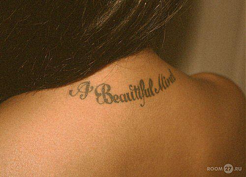 Тату надписи на спине девушки фото