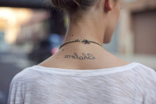 Тату надписи на спине девушки фото - 3