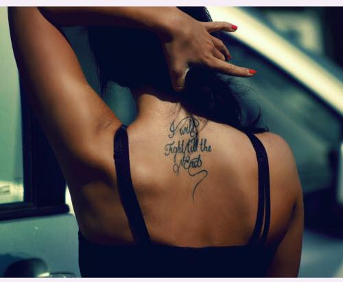 Тату надписи на спине девушки фото - 6