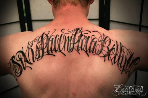 Тату надписи на спине мужские фото - 9