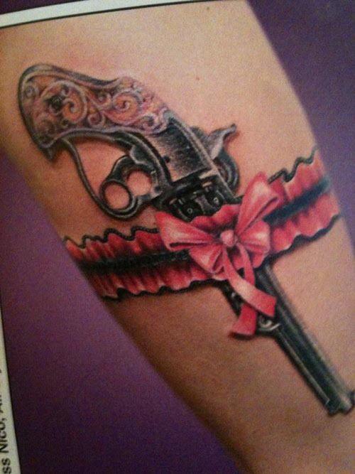 Тату пистолет на бедре фото женские - 1