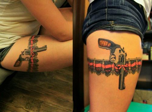 Тату пистолет на бедре фото женские - 5