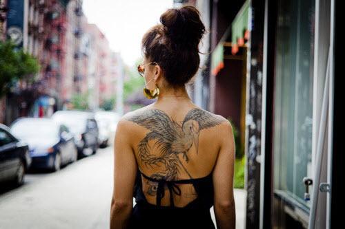 Тату птицы на спине девушки фото - 2