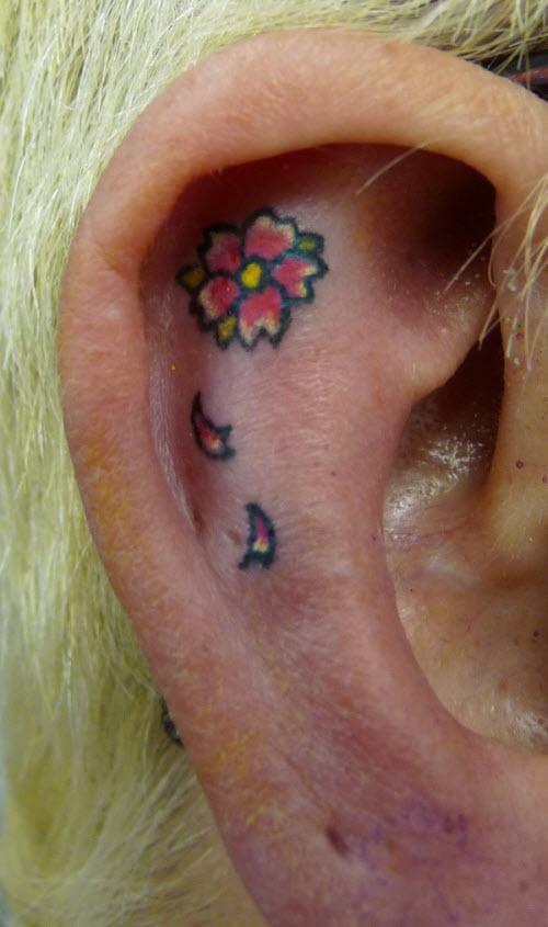 Тату цветы за ухом фото - 8