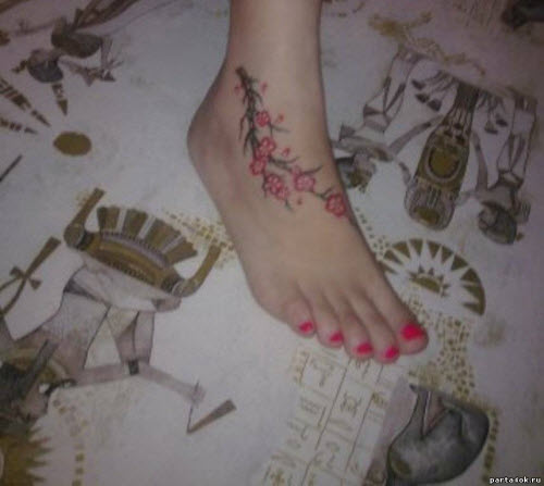 Тату веточка сакуры на ноге фото - 5