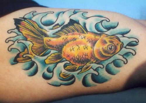 Тату золотая рыбка фото на ноге - 9
