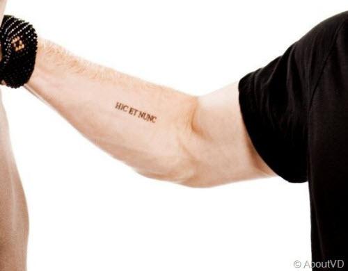 Здесь и сейчас на латыни тату фото - 9